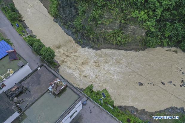 Chùm ảnh: Lũ lụt nghiêm trọng tại Trung Quốc, hơn 12 triệu người bị ảnh hưởng - Ảnh 9.