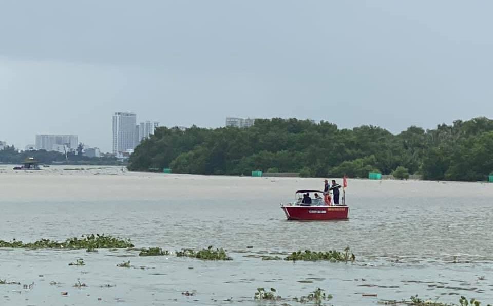 Thanh niên 9X ngồi sau xe máy bất ngờ nhảy xuống, leo qua lan can cầu, gieo mình xuống sông Sài Gòn