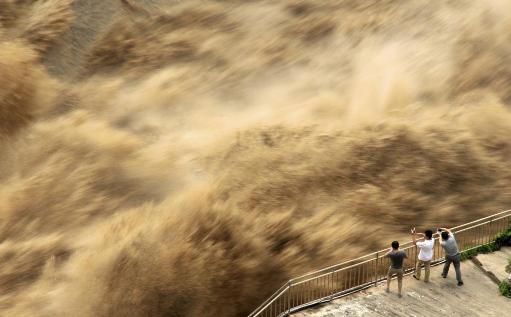 24h qua ảnh: Người dân mạo hiểm xem đập thủy điện xả lũ ở Trung Quốc