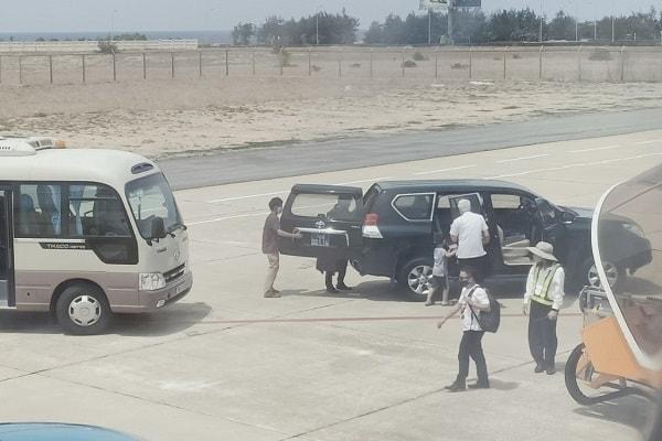 Vụ xe biển xanh vào chân máy bay đón người: Phó Bí thư tỉnh Phú Yên viết thư kiến nghị xử lý việc đăng tin không đúng - Ảnh 1.