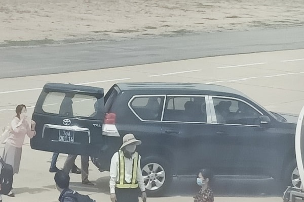 Vụ xe biển xanh vào chân máy bay đón Phó Bí thư Phú Yên cùng con, cháu: Đang báo cáo Bộ CA việc đưa tin sai sự thật - Ảnh 2.