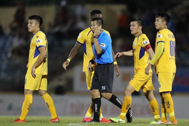 Trọng tài mà bắt sai như thế thì phá bóng đá Việt Nam - Ảnh 1.