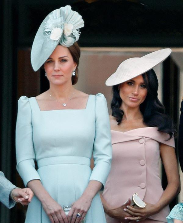 Meghan Markle từng làm náo loạn cung điện, gây hấn với nhân viên của Công nương Kate vì không chấp nhận lúc nào cũng bị xếp sau chị dâu - Ảnh 1.