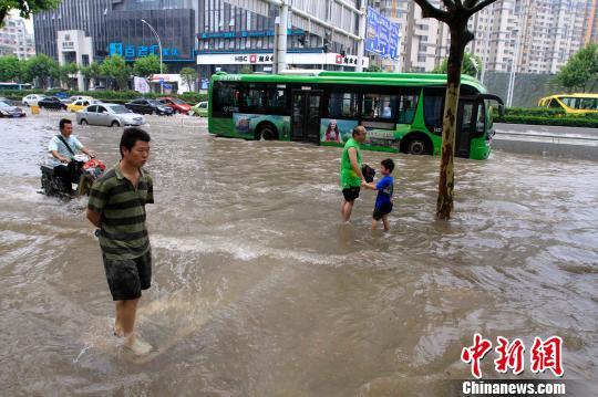 Cuộc sống lao đao của người dân Vũ Hán nửa đầu năm 2020: Dịch bệnh nguôi ngoai không bao lâu đã phải oằn mình chống lũ - Ảnh 27.