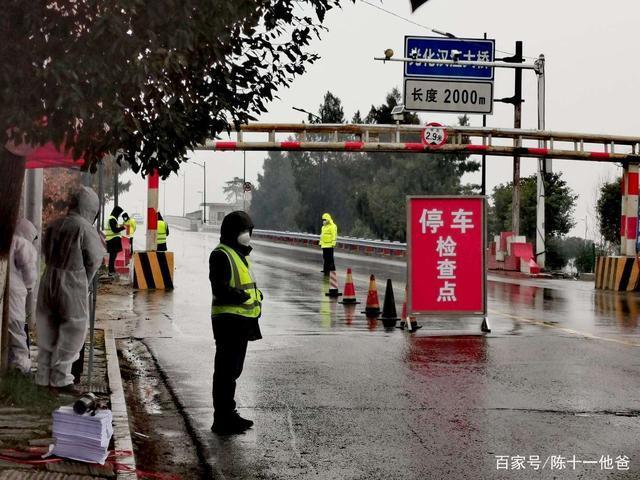 Cuộc sống lao đao của người dân Vũ Hán nửa đầu năm 2020: Dịch bệnh nguôi ngoai không bao lâu đã phải oằn mình chống lũ - Ảnh 9.