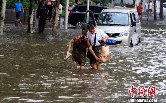Cuộc sống lao đao của người dân Vũ Hán nửa đầu năm 2020: Dịch bệnh nguôi ngoai không bao lâu đã phải oằn mình chống lũ - Ảnh 25.