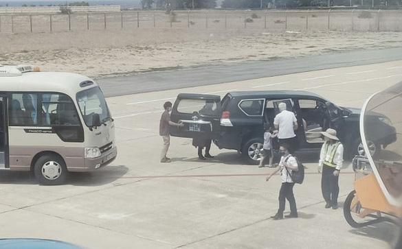 Từ việc xe biển xanh vào sát máy bay đón Phó Bí thư Phú Yên: Những ai được đón ở sân đỗ máy bay?