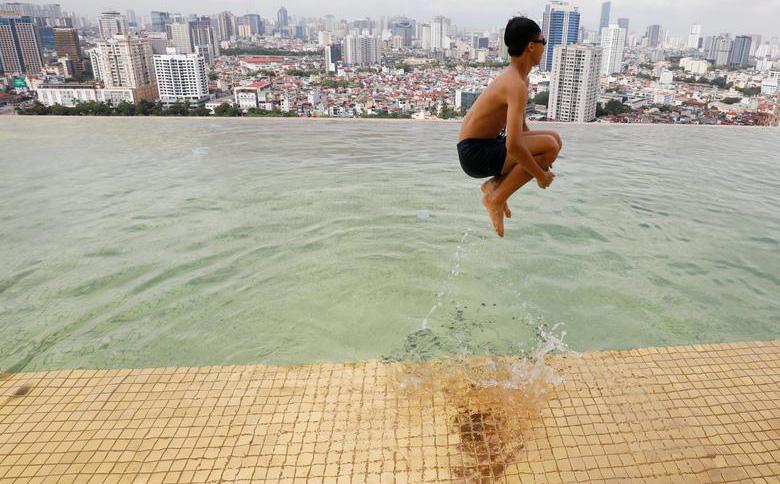 24h qua ảnh: Cậu bé nhảy xuống bể bơi mạ vàng ở Hà Nội