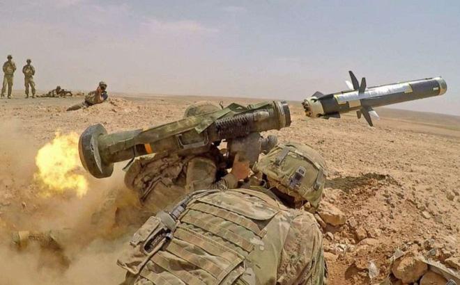 Lính Ukraine được phép sử dụng tên lửa Javelin Mỹ bắn hạ bất cứ xe tăng nào của Nga - Ảnh 1.