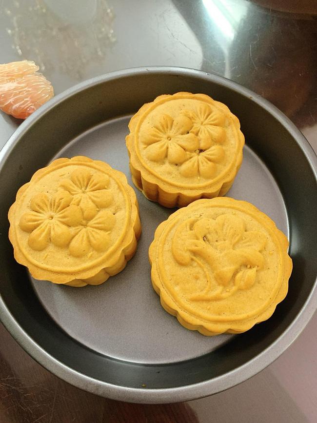 Lâu nay cay cú vì không làm được bánh Trung thu thì giờ bạn có thể tung hoành trổ tài chỉ với chiếc nồi chiên không dầu - Ảnh 1.