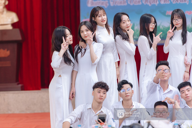 Dàn nữ sinh gây thương nhớ trong lễ bế giảng: Mặc áo dài hay đồng phục trắng đều mê mẩn lòng người - Ảnh 12.
