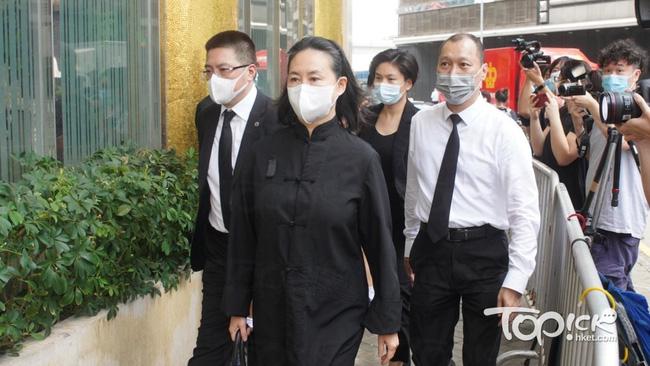 Gia quyến lần lượt đến tang lễ của Vua sòng bài Macau: Con trai xuất hiện sau lùm xùm tình ái, con gái thứ 3 đòi tranh gia tài cũng có mặt - Ảnh 4.