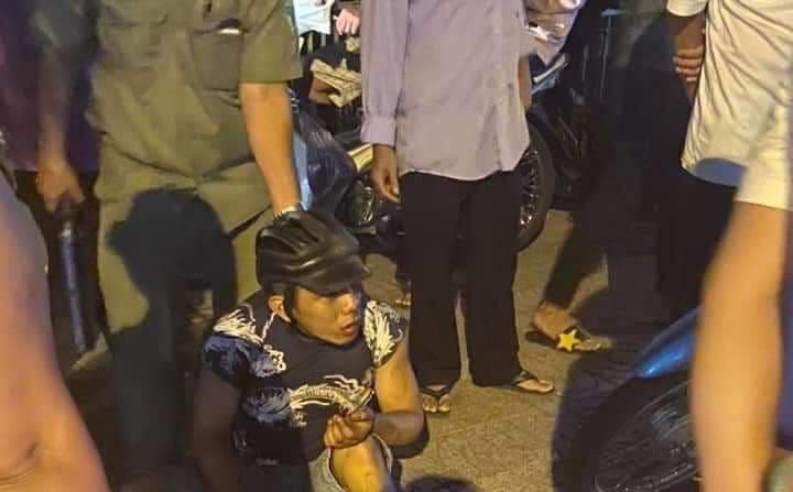 Giật iPhone 11 Pormax của cô gái, 2 kẻ cướp bị bắt sau va chạm xe máy ở Sài Gòn