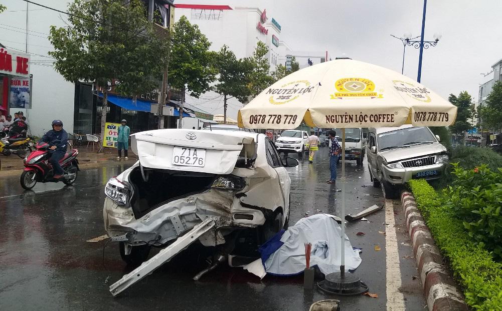 Nhân viên gara ô tô lùi xe bất cẩn gây tai nạn liên hoàn ở Tiền Giang, 1 người chết