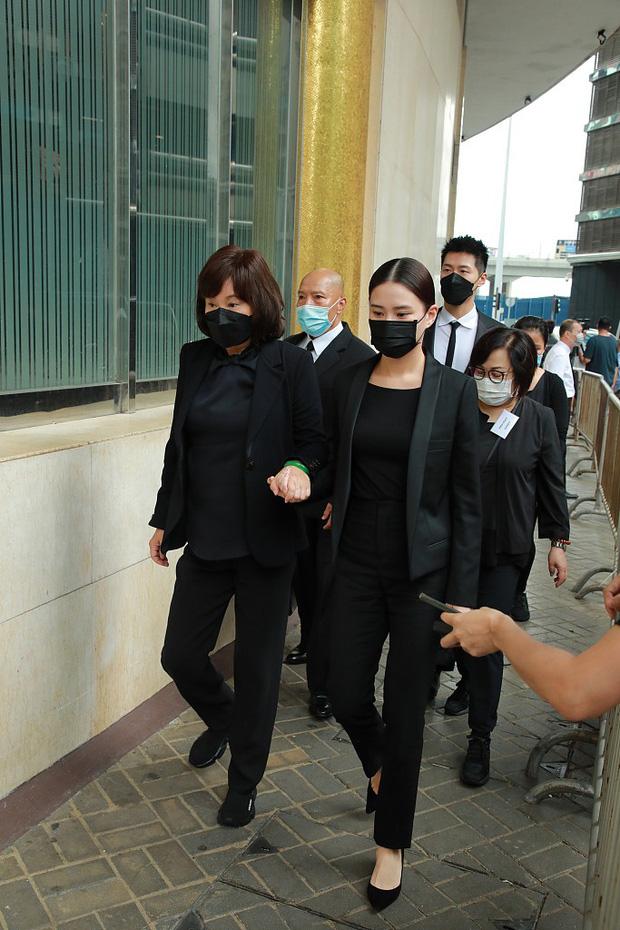 Tang lễ trùm sòng bạc Macau ngày 2: Bà Ba và 2 ái nữ thiên tài Hong Kong thẫn thờ, Đậu Kiêu tháp tùng bạn gái tiểu thư - Ảnh 1.