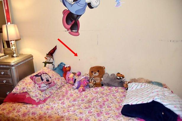 Sau vụ nổ súng, cảnh sát đăng tải bức ảnh chụp căn phòng của một bé gái cùng chi tiết chết người để cảnh báo mọi người - Ảnh 2.