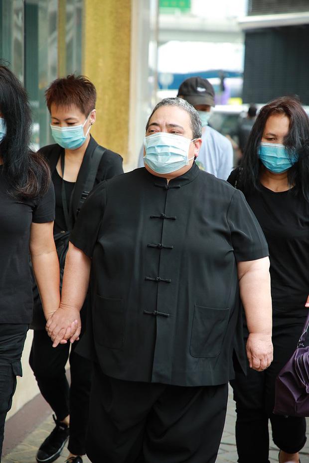 Tang lễ trùm sòng bạc Macau ngày 2: Bà Ba và 2 ái nữ thiên tài Hong Kong thẫn thờ, Đậu Kiêu tháp tùng bạn gái tiểu thư - Ảnh 5.