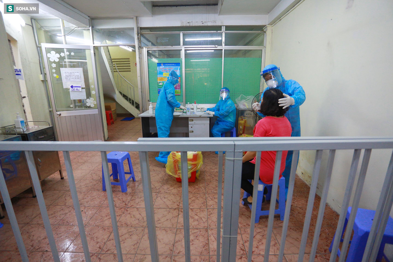 [ẢNH] Bên trong khu xét nghiệm Covid-19 cho người từ Đà Nẵng trở về Sài Gòn - Ảnh 16.