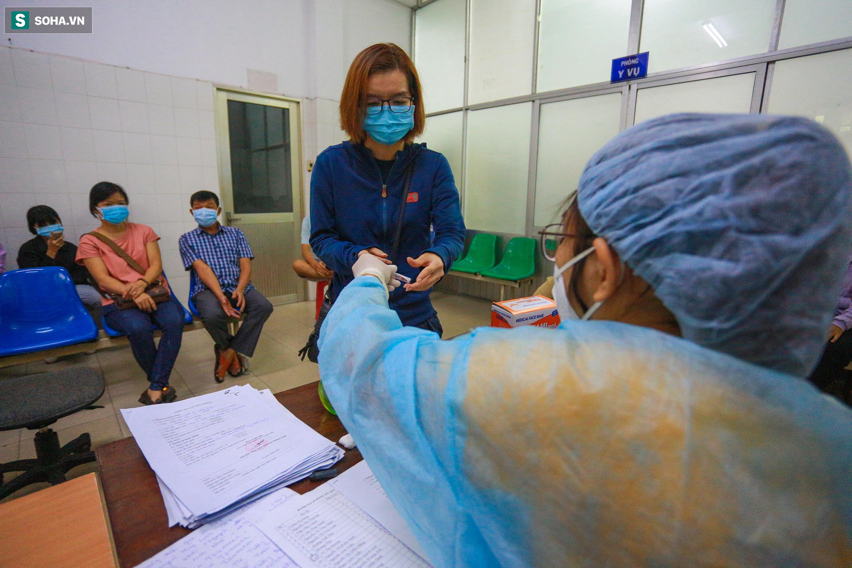 [ẢNH] Bên trong khu xét nghiệm Covid-19 cho người từ Đà Nẵng trở về Sài Gòn - Ảnh 4.