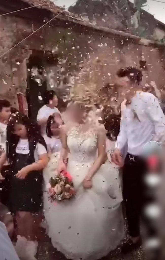 """Chú rể đang hân hoan đón dâu thì lĩnh trọn """"đòn đau"""" từ bên ngoài, cô dâu và họ nhà trai nhăn nhó bước đi bên cạnh - ảnh 1"""