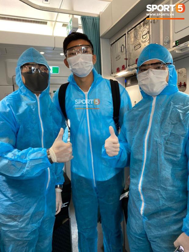 NÓNG: Hình ảnh hiếm hoi Văn Hậu mặc kín trang phục bảo hộ, có mặt trên chuyến bay đặc biệt đưa công dân Việt Nam về nước từ Paris (Pháp) - Ảnh 1.