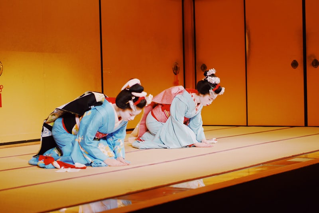 Hội chứng Geisha ở Nhật: Khi phụ nữ trở thành người phục tùng đàn ông, làm hài lòng người đối diện và không có tiếng nói ngoài góc bếp - Ảnh 2.