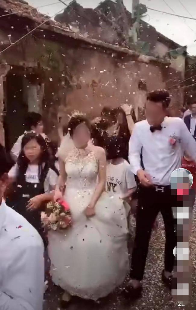 """Chú rể đang hân hoan đón dâu thì lĩnh trọn """"đòn đau"""" từ bên ngoài, cô dâu và họ nhà trai nhăn nhó bước đi bên cạnh - ảnh 3"""