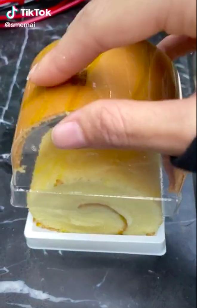 Tưởng mua được cái bánh bông lan ngon lành, đến lúc mở hộp ra cô gái mới vỡ mộng vì cảnh tượng trước mặt - ảnh 4