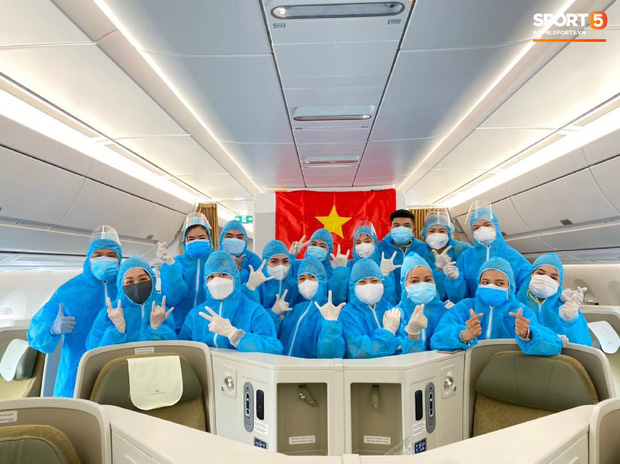 NÓNG: Hình ảnh hiếm hoi Văn Hậu mặc kín trang phục bảo hộ, có mặt trên chuyến bay đặc biệt đưa công dân Việt Nam về nước từ Paris (Pháp) - Ảnh 4.
