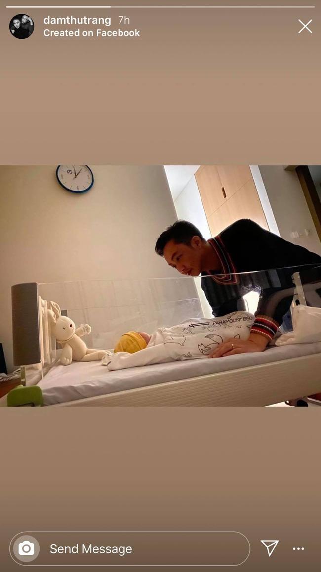 """Sau 1 ngày sinh con, Đàm Thu Trang hạnh phúc khoe khoảnh khắc Cường Đô La ngắm nhìn """"tiểu công chúa"""" - ảnh 1"""