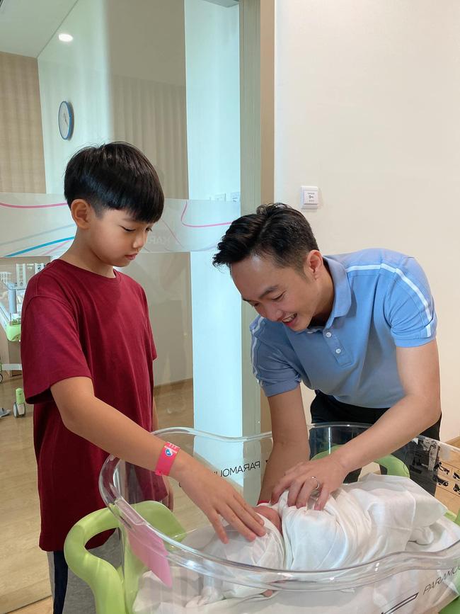"""Sau 1 ngày sinh con, Đàm Thu Trang hạnh phúc khoe khoảnh khắc Cường Đô La ngắm nhìn """"tiểu công chúa"""" - ảnh 2"""