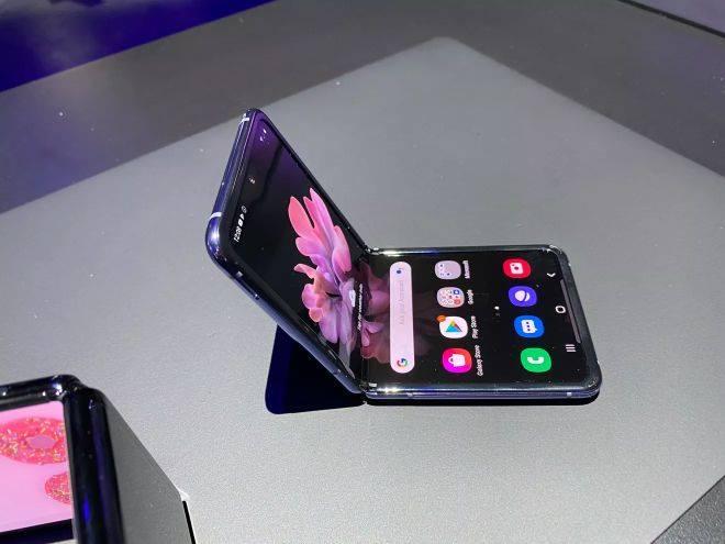 Điện thoại phá cách của Samsung: Tiền giảm giá cũng thừa mua được iPhone X - Ảnh 2.