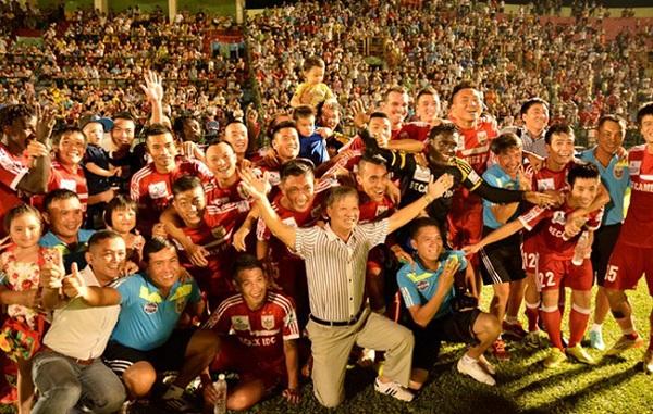Những vụ tái hợp ở V.League: Chuyện TP.HCM và ông Chung vẫn chưa dị bằng HLV Lê Thụy Hải - Ảnh 3.
