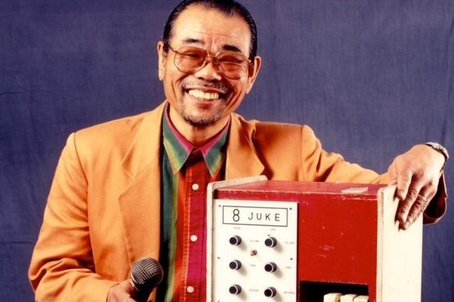 Cha đẻ của máy karaoke: Tuổi thơ suýt sống đời thực vật, giúp thế giới thỏa mãn đam mê ca hát và mất hơn 2 nghìn tỷ vẫn tươi cười - Ảnh 1.