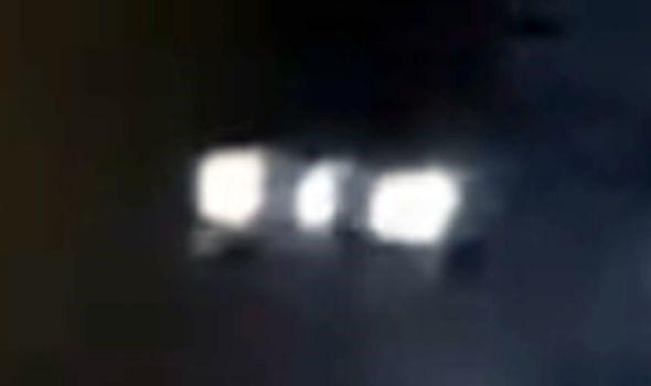 Phát hiện người ngoài hành tinh đang cho gà ăn trong đêm - Ảnh 2.