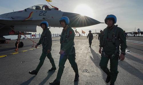 Đằng sau việc đào tạo ồ ạt phi công lái tiêm kích hạm của Trung Quốc? - Ảnh 1.