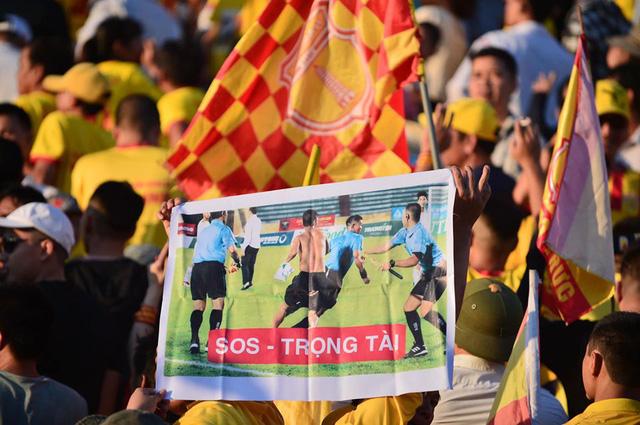 Khán giả cổ vũ phản cảm, Ban tổ chức trận đấu Dược Nam Hà Nam Định - B.Bình Dương nhận án phạt - Ảnh 1.