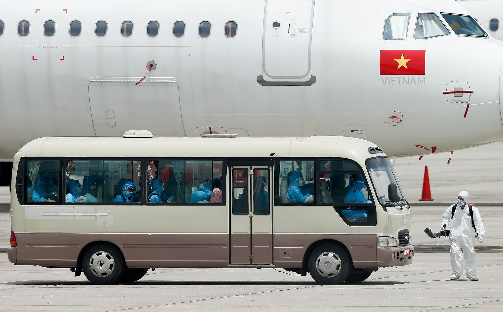 [ẢNH] Chuyến bay đầu tiên đưa 207 người mắc kẹt ở tâm dịch Đà Nẵng về tới Hà Nội
