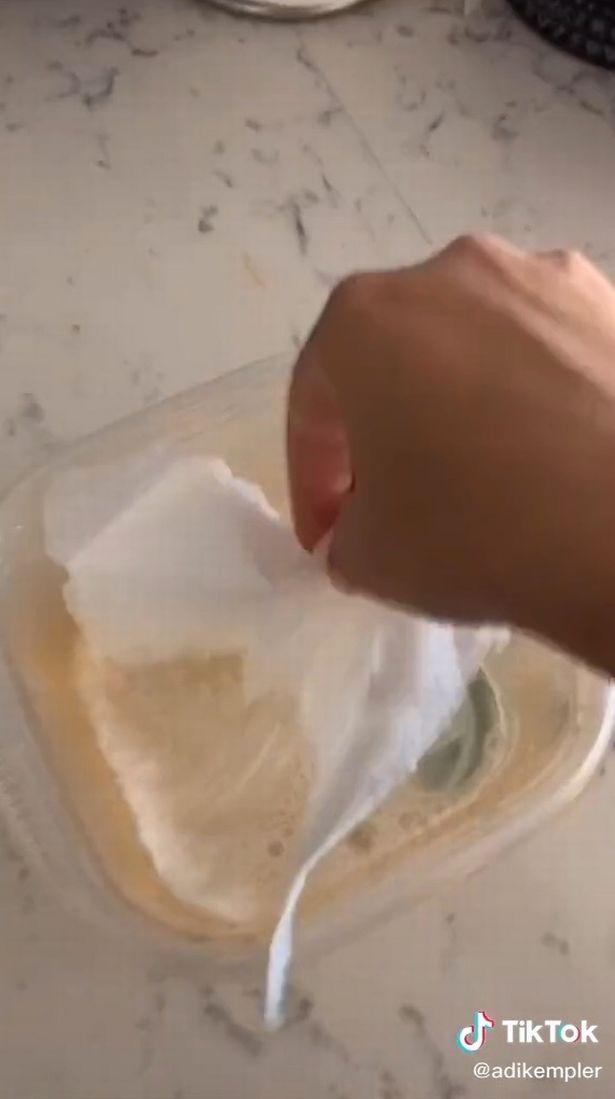 Bà mẹ chia sẻ mẹo giúp đánh bay vết bẩn cứng đầu ở đồ nhựa: Đơn giản tới mức khó tin - Ảnh 3.