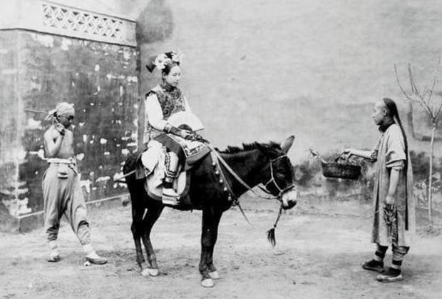 Loạt ảnh cuộc sống quyền quý của phụ nữ thời nhà Thanh: Người xúng xính quần áo đi chụp hình, kẻ họp mặt tán gẫu cùng hội chị em - Ảnh 1.