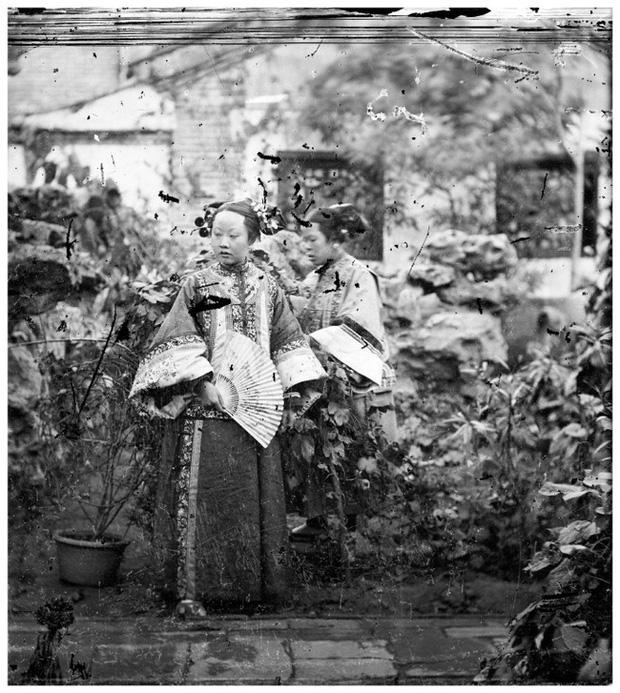 Loạt ảnh cuộc sống quyền quý của phụ nữ thời nhà Thanh: Người xúng xính quần áo đi chụp hình, kẻ họp mặt tán gẫu cùng hội chị em - Ảnh 2.