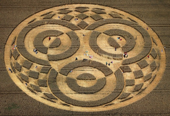 Phát hiện vòng tròn khổng lồ đột nhiên xuất hiện bí ẩn giữa cánh đồng tại Đức chỉ sau một đêm - Ảnh 2.