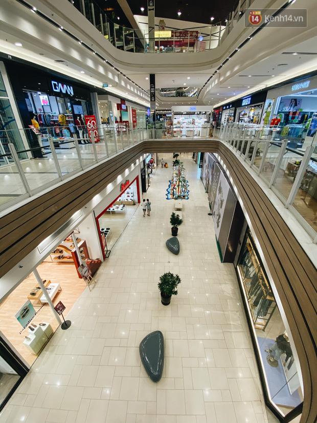 Chùm ảnh: Trung tâm Aeon Mall Bình Tân vắng tanh, đìu hiu chưa từng có giữa dịch Covid-19 - Ảnh 14.
