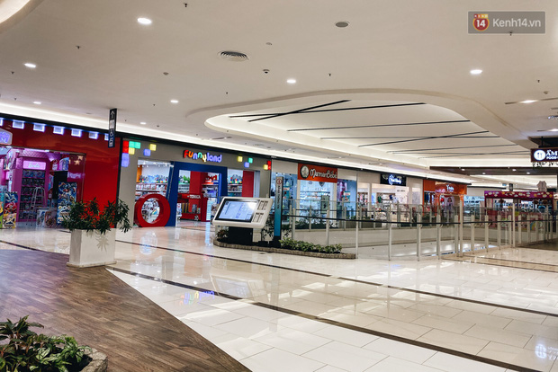 Chùm ảnh: Trung tâm Aeon Mall Bình Tân vắng tanh, đìu hiu chưa từng có giữa dịch Covid-19 - Ảnh 16.