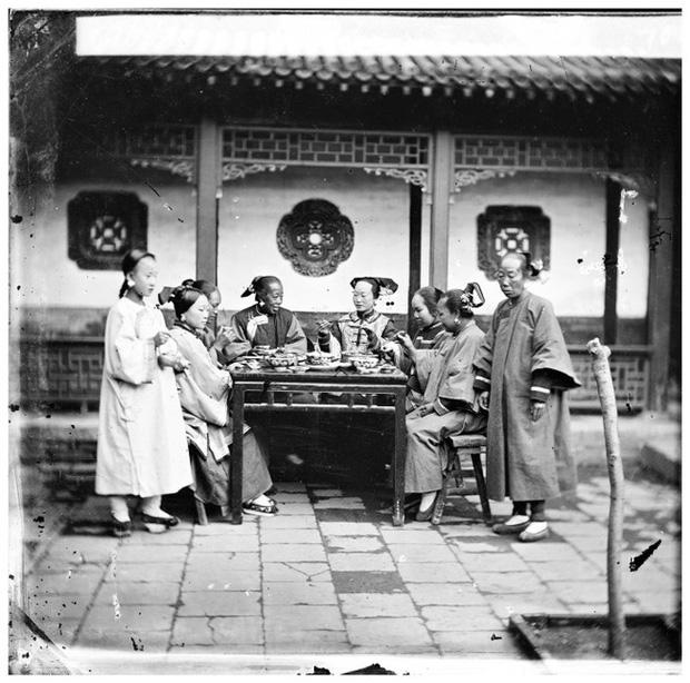 Loạt ảnh cuộc sống quyền quý của phụ nữ thời nhà Thanh: Người xúng xính quần áo đi chụp hình, kẻ họp mặt tán gẫu cùng hội chị em - Ảnh 3.