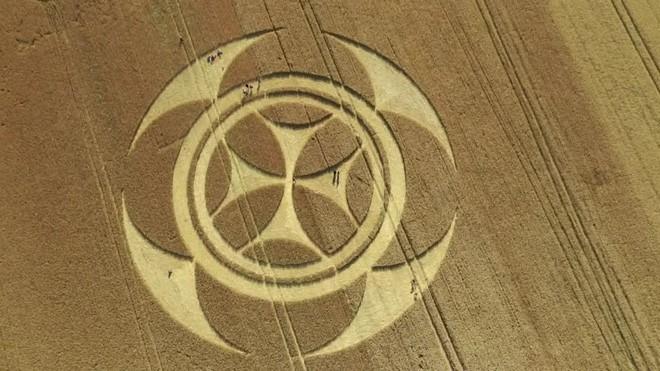 Phát hiện vòng tròn khổng lồ đột nhiên xuất hiện bí ẩn giữa cánh đồng tại Đức chỉ sau một đêm - Ảnh 3.