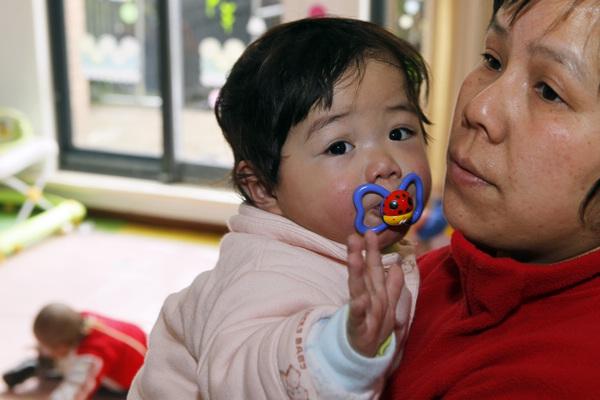 Chợ đen mua bán con nuôi ở Trung Quốc: Nơi các bé gái nông thôn bị bán rẻ làm con nuôi và bị xâm hại không thương tiếc - Ảnh 10.