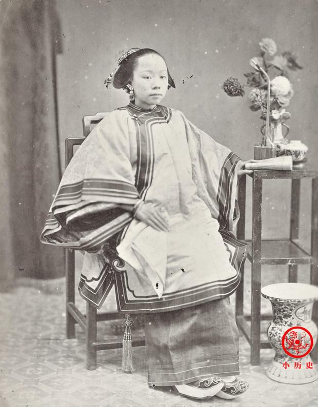 Loạt ảnh cuộc sống quyền quý của phụ nữ thời nhà Thanh: Người xúng xính quần áo đi chụp hình, kẻ họp mặt tán gẫu cùng hội chị em - Ảnh 6.