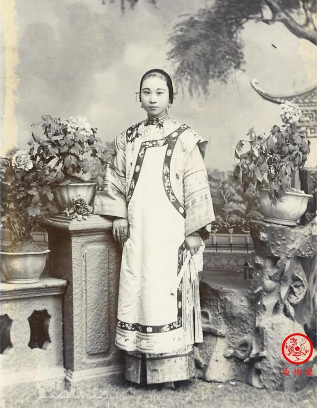 Loạt ảnh cuộc sống quyền quý của phụ nữ thời nhà Thanh: Người xúng xính quần áo đi chụp hình, kẻ họp mặt tán gẫu cùng hội chị em - Ảnh 7.