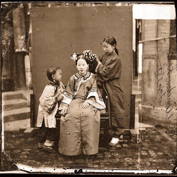 Loạt ảnh cuộc sống quyền quý của phụ nữ thời nhà Thanh: Người xúng xính quần áo đi chụp hình, kẻ họp mặt tán gẫu cùng hội chị em - Ảnh 8.